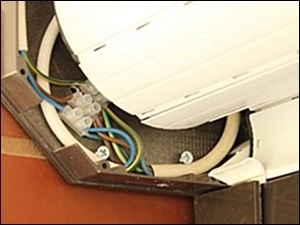 A redőnymotort nem a redőnytokba kell bekötni az elektromos hálózatba, hanem a kötődobozban ezért a képen látható megoldás nem ajánlott.